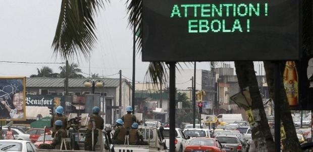14ago2014---comboio-de-soldados-da-onu-passa-por-uma-tela-que-exibe-uma-mensagem-de-alerta-sobre-o-virus-ebola-em-abidjan-na-costa-do-marfim-nesta-q